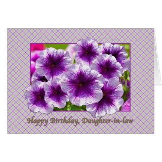 Tarjeta del cumpleaños de la nuera con las petunia