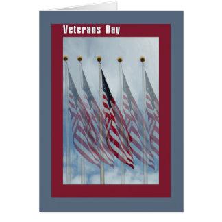 Tarjeta del día de veteranos con cinco banderas