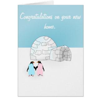 Tarjeta del pingüino de la casa que se calienta