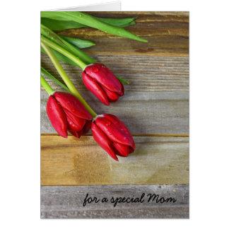 Tarjeta Deseos del día de madre con los tulipanes rojos