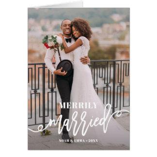 Tarjeta Día de fiesta indicado con letras feliz casado del