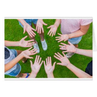 Tarjeta Diez brazos de niños en círculo con las palmas de