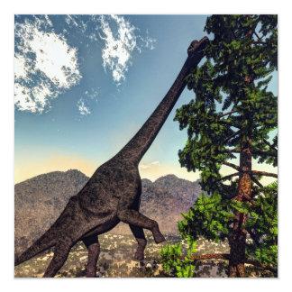 Tarjeta Dinosaurio del Brachiosaurus que come el pino del