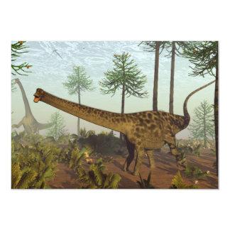 Tarjeta Dinosaurios del Diplodocus entre los árboles de la