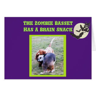 Tarjeta divertida de Halloween del zombi de Basset
