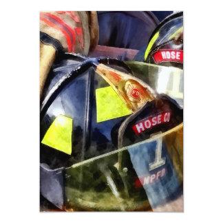 Tarjeta Dos cascos del fuego y la chaqueta del bombero
