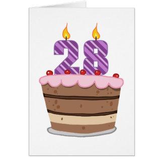 Tarjeta Edad 28 en la torta de cumpleaños