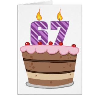 Tarjeta Edad 67 en la torta de cumpleaños