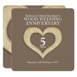 Tarjeta el 5to fiesta de madera del corazón del