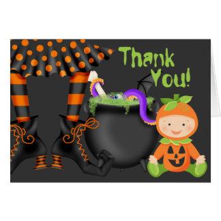 Tarjeta El bebé lindo en el traje Halloween de la calabaza