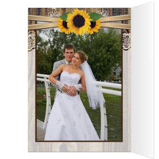Tarjeta El cordón, los girasoles y el boda de madera le