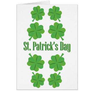 Tarjeta El día de St Patrick con el trébol