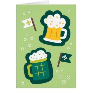 Tarjeta El día de St Patrick lindo tiene una bebida en