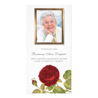 Tarjeta El entierro del rosa rojo y de la foto le agradece