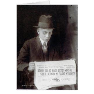 Tarjeta El hombre lee noticias de la guerra