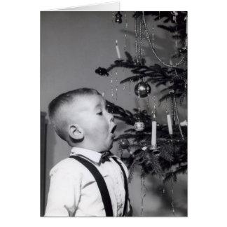 Tarjeta El niño pequeño sopla hacia fuera la vela en el