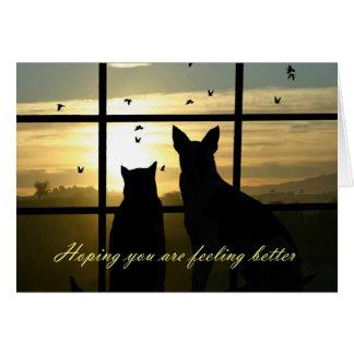 Tarjeta El perro y el gato lindos en ventana sienten una