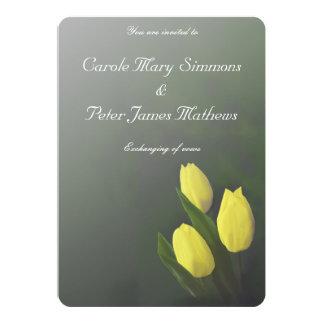Tarjeta El tulipán amarillo brillante florece la