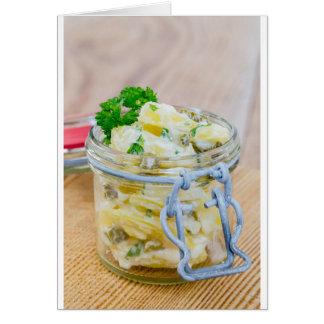 Tarjeta Ensalada de patata en un tarro en de madera
