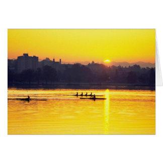 Tarjeta Entrenamiento del Rowing en la puesta del sol