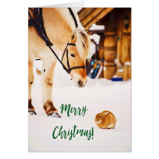 Tarjeta Felices Navidad con el caballo y el conejo lindos