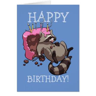 Tarjeta ¡Feliz cumpleaños! Mapache codicioso que come el