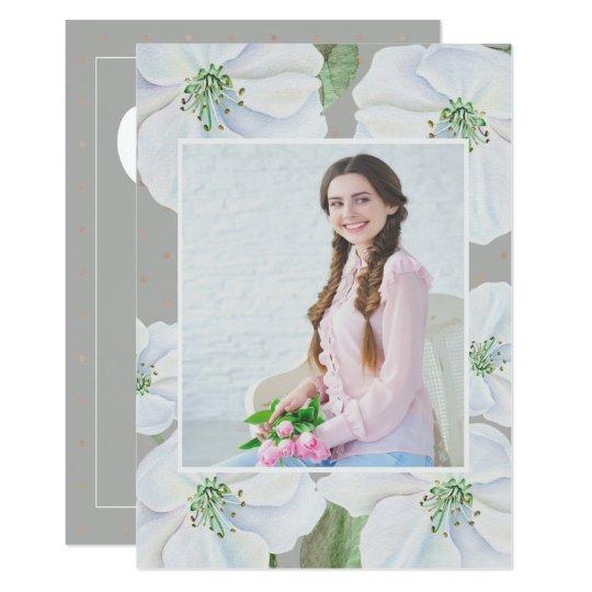 Tarjeta Fiesta de graduación floral gris y blanca de la