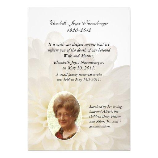 Tarjeta floral blanca de la invitación de la muert