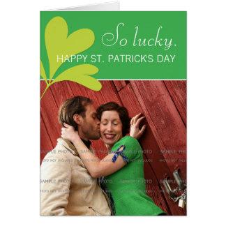 Tarjeta Foto afortunada del verde del trébol del día feliz