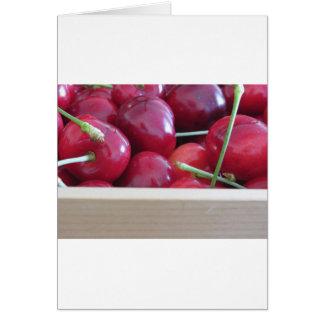 Tarjeta Frontera de cerezas frescas en fondo de madera