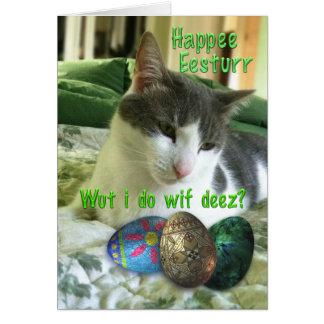 Tarjeta Gato feliz del gatito de Pascua con los huevos