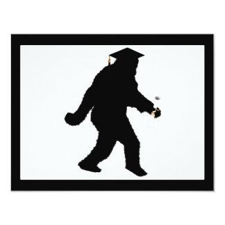 Tarjeta Graduación Sasquatch con el casquillo del graduado