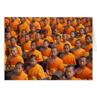 Tarjeta Grupo grande de monjes Meditating