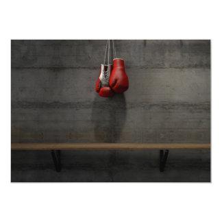 Tarjeta Guantes de boxeo que cuelgan en sitio del cambio