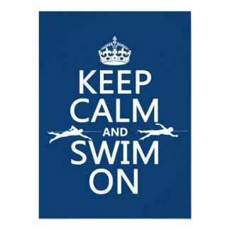 Tarjeta Guarde la calma y nade en (en cualquier color)