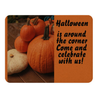 Tarjeta Halloween está alrededor de las calabazas de la