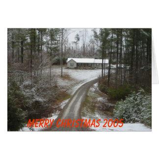 Tarjeta Hogar del país en las maderas con nieve