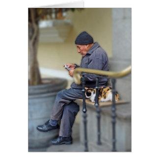 Tarjeta Hombre con su gato - lectura del periódico