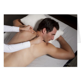 Tarjeta Hombre que tiene un masaje trasero de la mujer