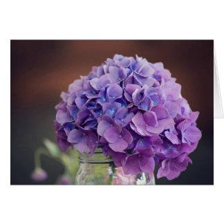 Tarjeta Hydrangea púrpura en fotografía del tarro de