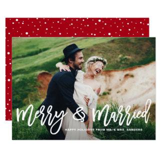 Tarjeta indicada con letras feliz y casada de la