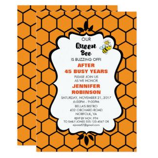 Tarjeta La abeja reina linda manosea la abeja con el