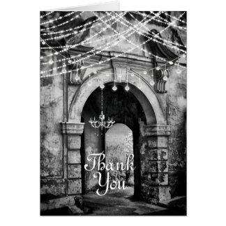Tarjeta La arcada encantadora con las luces románticas le