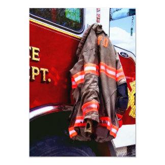 Tarjeta La chaqueta del bombero en el coche de bomberos