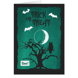 Tarjeta La luna torcida del búho del árbol de Halloween