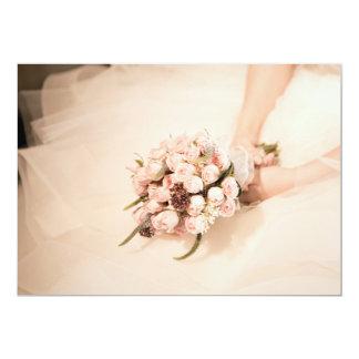 Tarjeta La novia que sostiene el ramo color de rosa rosado