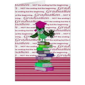Tarjeta Lazo del búho y casquillo encima de los libros,