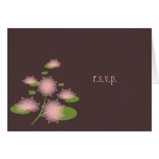Tarjeta Lirio de agua rosado RSVP contemporáneo simple