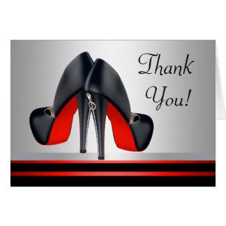 Tarjeta Los zapatos rojos y negros del tacón alto le