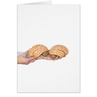 Tarjeta Manos que sostienen el cerebro humano modelo en